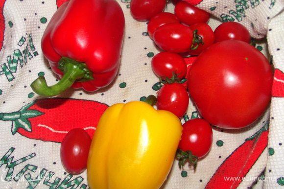 Овощи вымойте и высушите. Помидоры нарежьте кубиками, перец очистите и одну половину нарежьте квадратиками, а другую — полосками.Чеснок и листья розмарина (с одной веточки) измельчите.