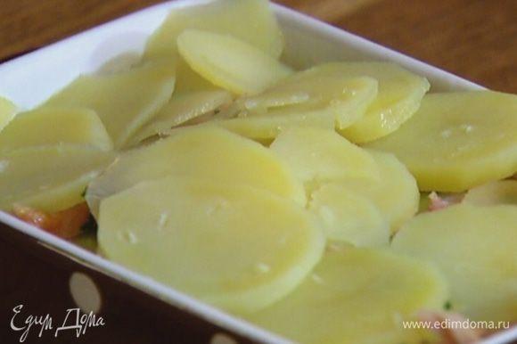Картофель слить и выложить один слой на дно формы, сверху разложить половину куриной начинки, затем опять слой картофеля, оставшуюся начинку и снова картофель.