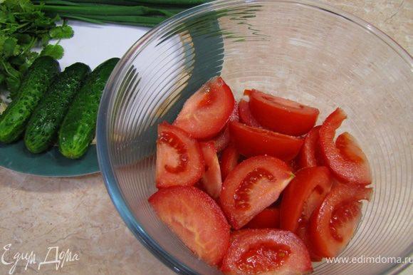 Укладываем оставшиеся помидоры и снова солим их.