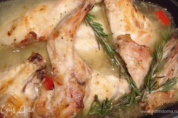 Залить белым вином. Добавить куриный бульон. Посолить. Сверху выложить веточки розмарина. Тушить в духовке без крышки при температуре 220 градусов около часа.