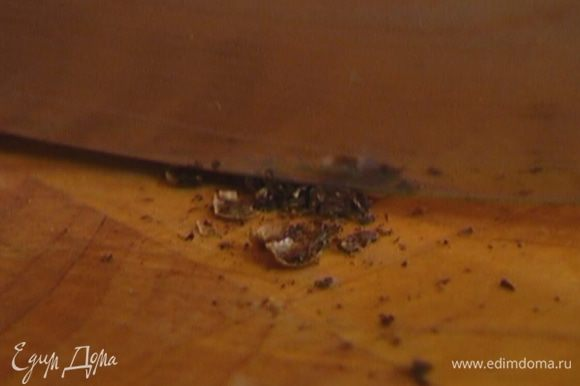 Гвоздику раздавить плоской стороной ножа и мелко порезать.