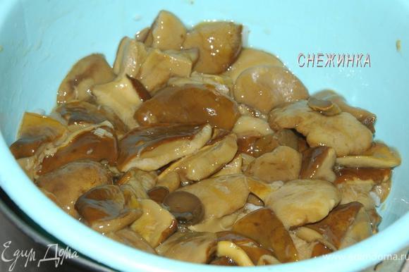 Грибы можно брать любые. Я использую свои, маринованные по этому рецепту: http://www.edimdoma.ru/recipes/28385 Сливаем жидкость.