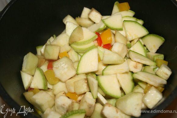 Добавить баклажан и кабачок к перцу. Посолить. Потушить минут 10-15, дл готовности.