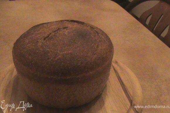 После 4 часов ,вынимаем из духовки посуду с поднявшимся хлебом.Духовку нагреваем до 230 градусов с паром( на дне духовки жаропрочная посудина с водой).Ставим выпекаться хлеб на 15 мин при 230 градусах и еще 30 -35минут при 220.Этот хлеб высоко поднимается при выпечке и слегка трескается.Когда он приобретет красивый коричневатый цвет он готов.Можно еще в образовавшуюся трещину ткнуть деревянной палочкой,если на нее ничего не налипло,значит готов.Вынуть из духовки ,чуть подержать в формах,потом вынуть из форм(может понадобится нож , чтоб отделить от краев) и оставить остывать на решетке.