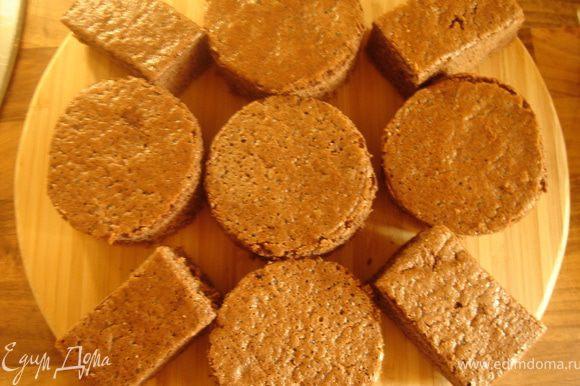 Яйца взбить с сахаром до увеличения объёма втрое,затем добавить сметану и масло.Муку,какао и разрыхлитель соединить в отдельной посуде.Смешать сухие и жидкие ингредиенты.Перелить тесто в форму 24х24 см,застеленную пергаментом.Выпекать при t 180*С 35-40 минут(до готовности).Готовый корж остудить в форме.Вырезать круглые пирожные d-5 см.