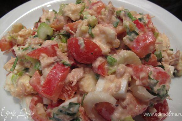Теперь добавьте моцареллу и яйцо и заправьте салат легким майонезом. Именно эти 2 ингредиента придают салату нежность и сытность. Приятного аппетита!