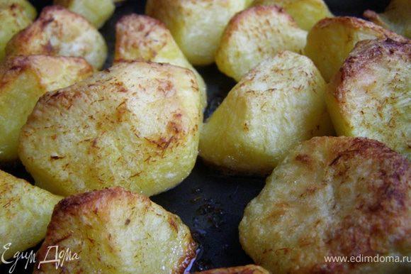 Вернем противень в духовку на самый верхний уровень, будем выпекать 40-50 минут, пока картофель не станет золотистым и хрустящим