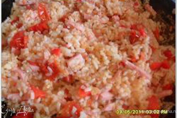добавить в рис нарезанные паприку, ветчину, помидоры из банки, измельченный зубчик чеснока и травяные приправы. Все перемешать
