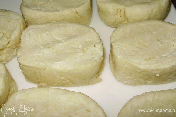 Замесить тесто растирая ингредиенты по столу что бы получилось слегка липкое однородное тесто. Разделить на 8 частей выложить на тарелку и накрыть плёнкой, поставить в холодильник на 30 мин.