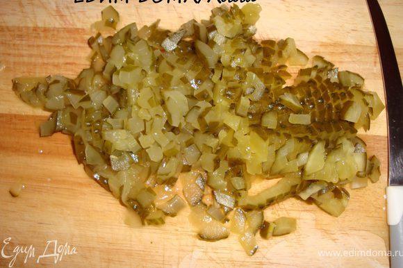 Пока рыбка оттаивает, берем соленые огурчики и режем мелким кубиком.