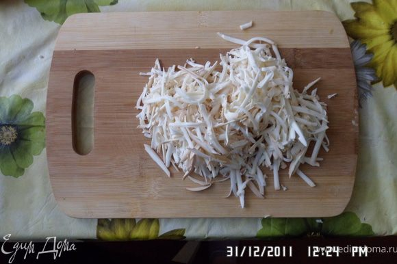 Натереть на терке сыр