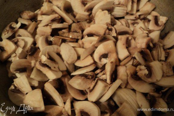 Для грибной начинки шампиньоны порезать пластинка и поджарить на растительном масле, добавив мелко нарезанный лук. В конце добавить сметану, соль, потушить 5 мин, добавить укроп, перемешать и охладить.