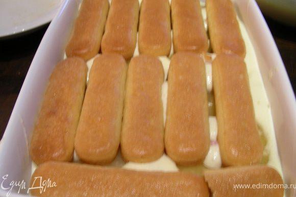Затем второй слой печенья.