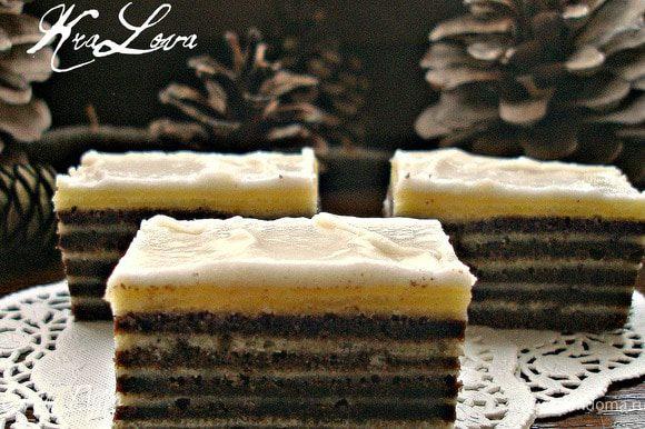 Для шоколадной глазури все ингредиенты растапливаем до однородного состояния и намазываем торт (который, как у меня, вполне может превратиться в пирожные). Я делала с шоколадной, и с сахарной глазурью (на фото). Очень вкусно и так, и так.