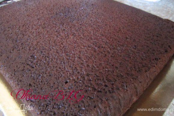 Приготовить бисквит по рецепту http://www.edimdoma.ru/recipes/31029 в квадратной или прямоугольной форме( у меня 35х 30) Охладить и разрезать на 2 коржа.