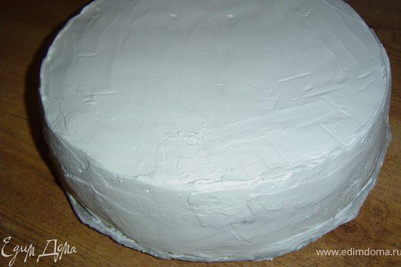 Накрываем второй половинкой и смазываем кремом всю поверхность и бока.