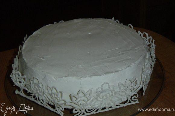 Осталось украсить наш торт. Я это сделала с помощью заранее подготовленных украшений из айсинга.
