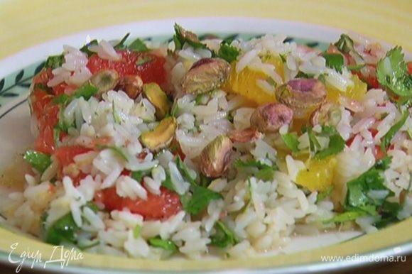 Готовый салат посыпать фисташками.