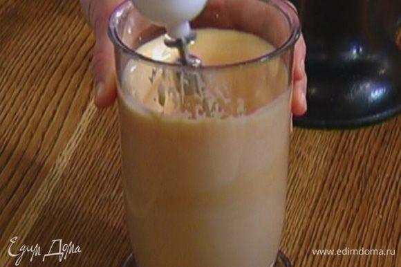 Влить молоко и взбить все миксером в однородную массу.