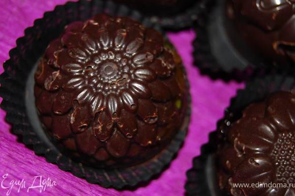Остужаем до полного затвердения в холодильнике. Мое любопытство через 30 минут подтвердило факт образования настоящих шоколадных конфет.