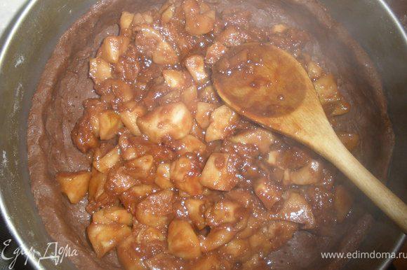 Выключаем огонь и выкладываем вторую половину яблок и шоколад. Яблоки будут разной степени обжарки и это придаст своеобразный оттенок пирогу.