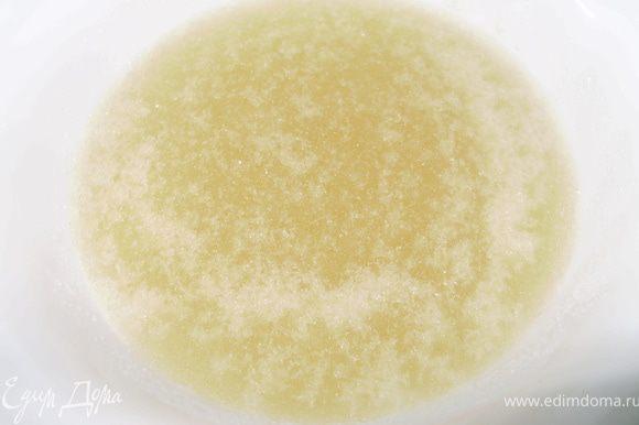 Замочить желатин в холодной воде.