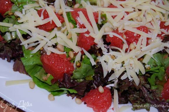 Заправить листья салата,сверху выложить очищенные от пленки дольки грейпфрута,тертый пармезан и горсть кедровых орешков. Отлично подойдет к семге-гриль или другой запеченной рыбе.