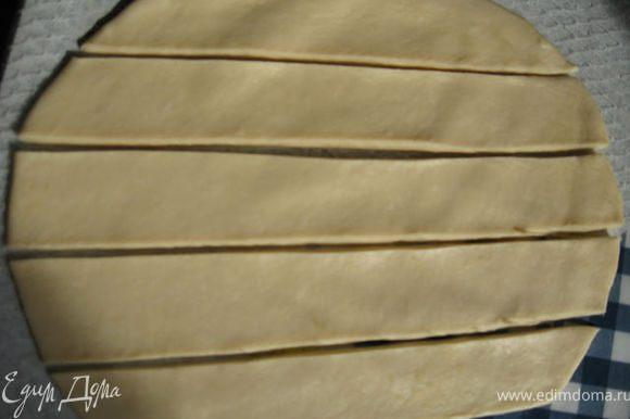 Раскатать тесто и нарезать полосками