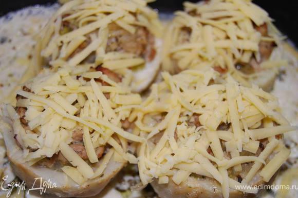 Затем посыпаем тертым сыром и продолжаем запекать до румяности сыра.