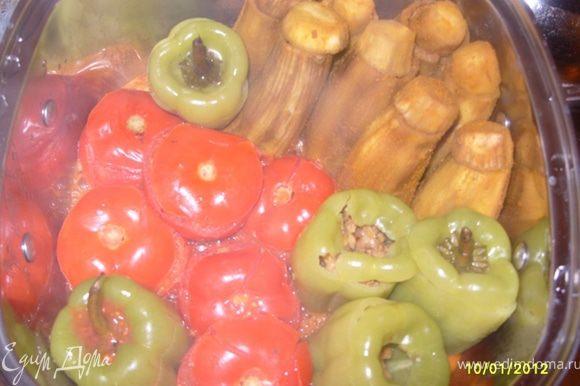 Налить в кастрюлю сок из помидоров, добавить 2 столовые ложки оливкового масла и варить на среднем огне.