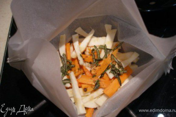 Морковь и сельдерей выкладываем в форму, заливаем половиной соуса.