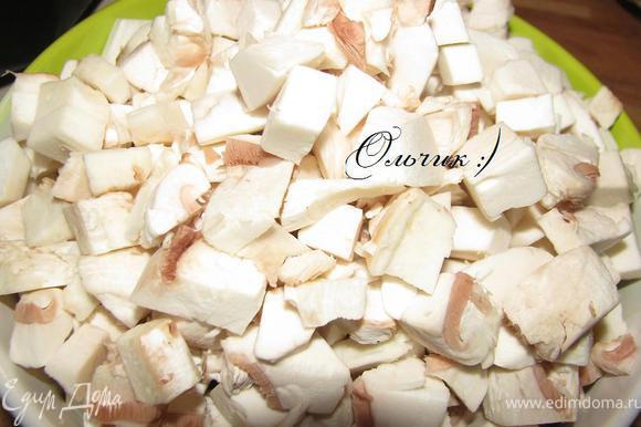 Шампиньоны чистим, режем кубиками, поджариваем на другой сковороде на растительном масле.