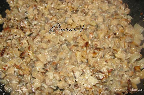 В середине жарки, когда грибы выделили жидкость, солим, перчим. Жарим до готовности. Жидкость должна полностью выпариться. Добавляем лук с чесноком, сметану и пропариваем еще пару минут.