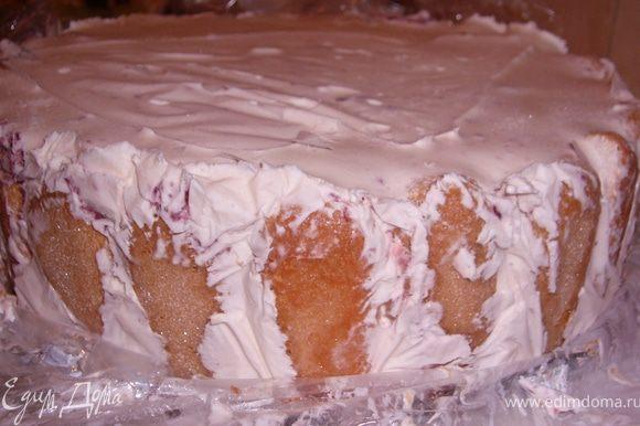 В форму уложи пищевую плёнку,печенье полить его сиропом.Выложить мороженое(мягкой консистенции) смешанное с размороженой клубникой и сахарн.пудрой.Уложить в морозилку на 2 часа. Подать с тёртым или растопленным шоколадом.