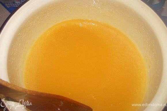 Вбить в полученную смесь яйца. Яйца необходимо вбивать по одному и сразу же тщательно и быстро перемешивать, чтобы они не сварились.