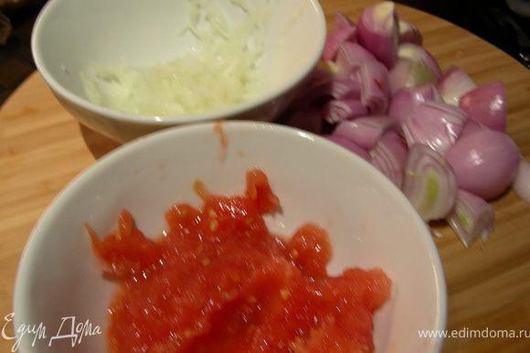 Луковицу и помидоры натираем на терке. Шалот режем крупно (например, напополам).