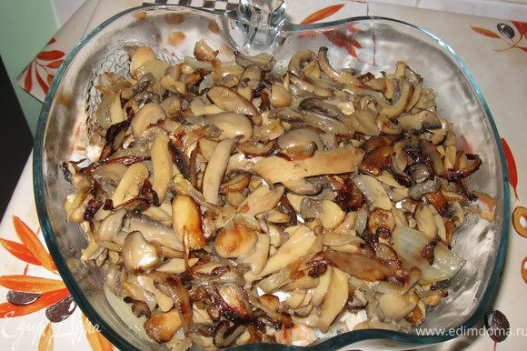 Лук мелко порезать и слегка обжарить на растительном масле. Грибы(я беру шампиньоны) порезать пластинками, выложить в лук и обжарить до готовности грибов, добавить соль, перец по вкусу. Грибы остудить.