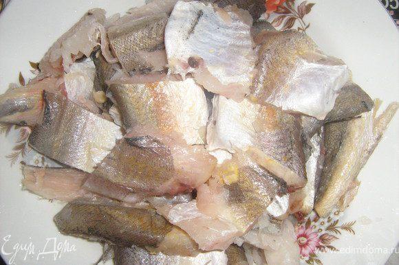 Т.к. у меня была целая рыба, а не филе, я удалила плавники и хребет, благо в хеке немного костей. И порезала на небольшие кусочки.