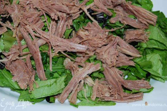 Сверху салатной заготовки выкладываем мясо.