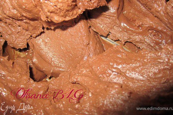 Приготовить ганаш. Сметану довести до кипения, добавить шоколад. Шоколад должен растопится, снять с огня. Добавить масло. Поставить охлаждаться.