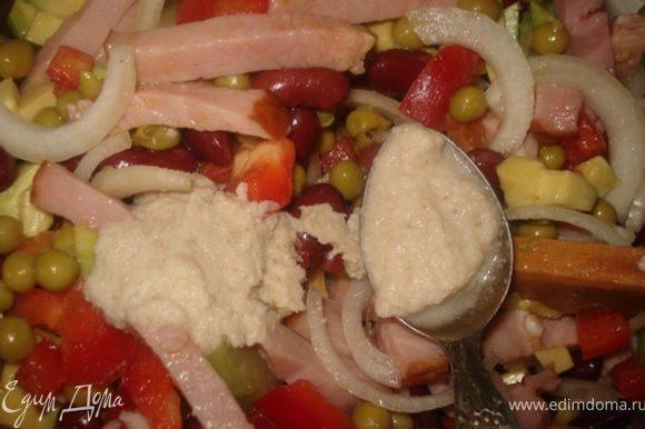 Заправить салат хреном, оливковым маслом и лимонным соком. Перемешать.