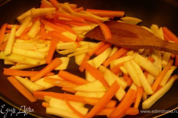Морковь и сельдерей можно отварить или приготовить в пароварке (в рецепте рекомендуют минут 5-6). Я решила их обжарить, но так, чтобы они оставались хрустящими (я это делала минут 5-7 на большом огне, постоянно помешивая, а затем еще минут 15 на небольшом).
