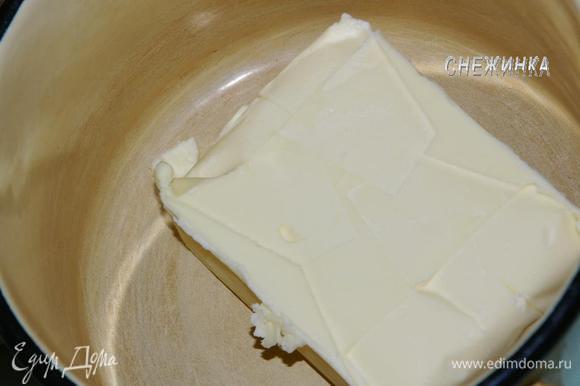 Пока тесто подходит, приготовим КРЕМ. Сливочное масло кладем в миску и оставляем при комнатной температуре. Оно должно стать мягким.