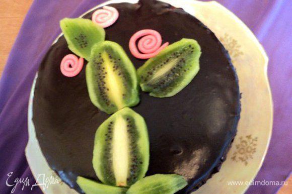 Перед подачей украсить торт ломтиками киви и цветочками из мастики или по своему желанию.