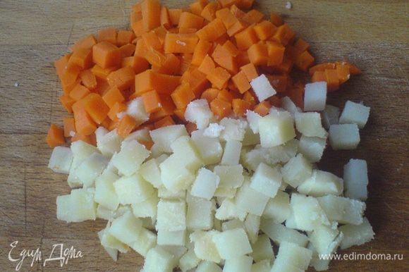 Картофель порезать кубиком покрупнее, морковь - помельче.