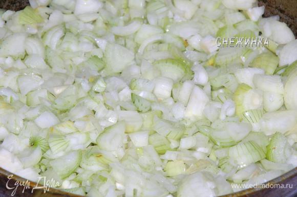Подготовим овощи. Лук и морковь почистить. Лук порезать не очень мелко и отправить на разогретую сковороду с растительным (оливковым) маслом.