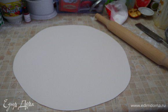 8. Раскатать по диаметру торта плюс на ширину краев. Мастика должна быть не сильно тонко раскатана, и не толсто. около 3 мм.