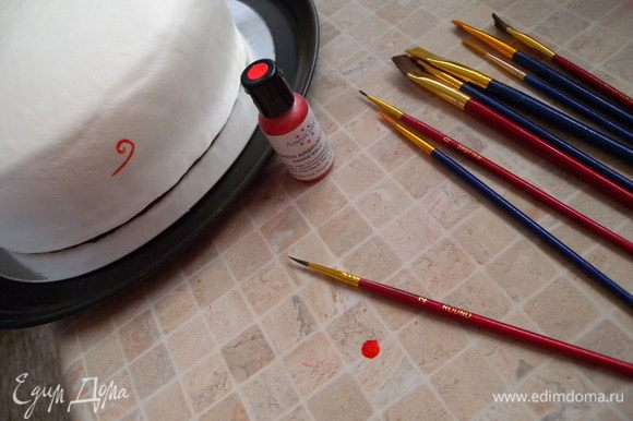 14. Далее украшаем кто на что гаразд. Я делала так впервые. Решила расписать торт краской для аерографа (пищевая). Она жидкая и ее легко рисовать.