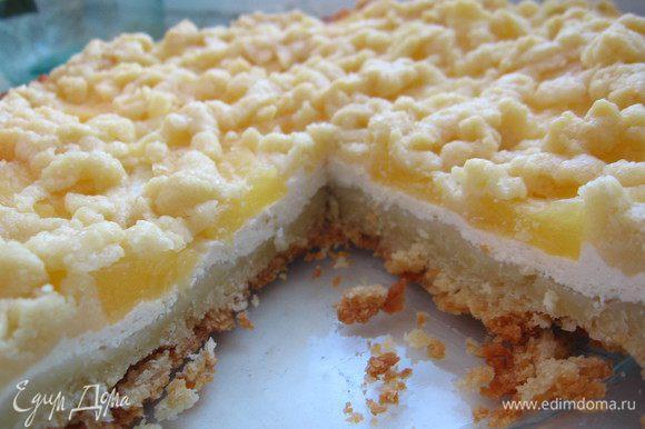 Достать тесто из морозилки. С помощью крупной терки покрошить тесто поверх ананасов.