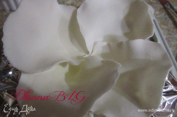 Для большого цветка. Склеить четыре больших листика. Затем в срединку поместить четыре поменьше. между листиками поставить фольгу, для того чтобы листики держали форму, оставить сохнуть.